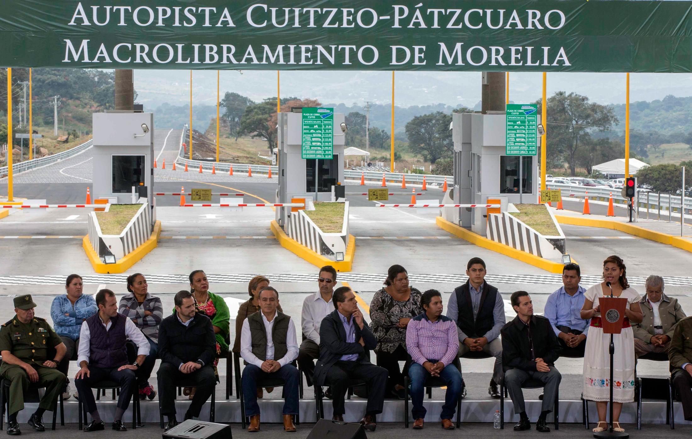"""""""Esta carretera que hoy nos entrega nos beneficia a todos, principalmente a los de esta región. Nuestros hombres trabajadores de la tierra tienen con esta carretera más facilidad para transportar sus productos"""", Alicia Rodríguez Acosta."""