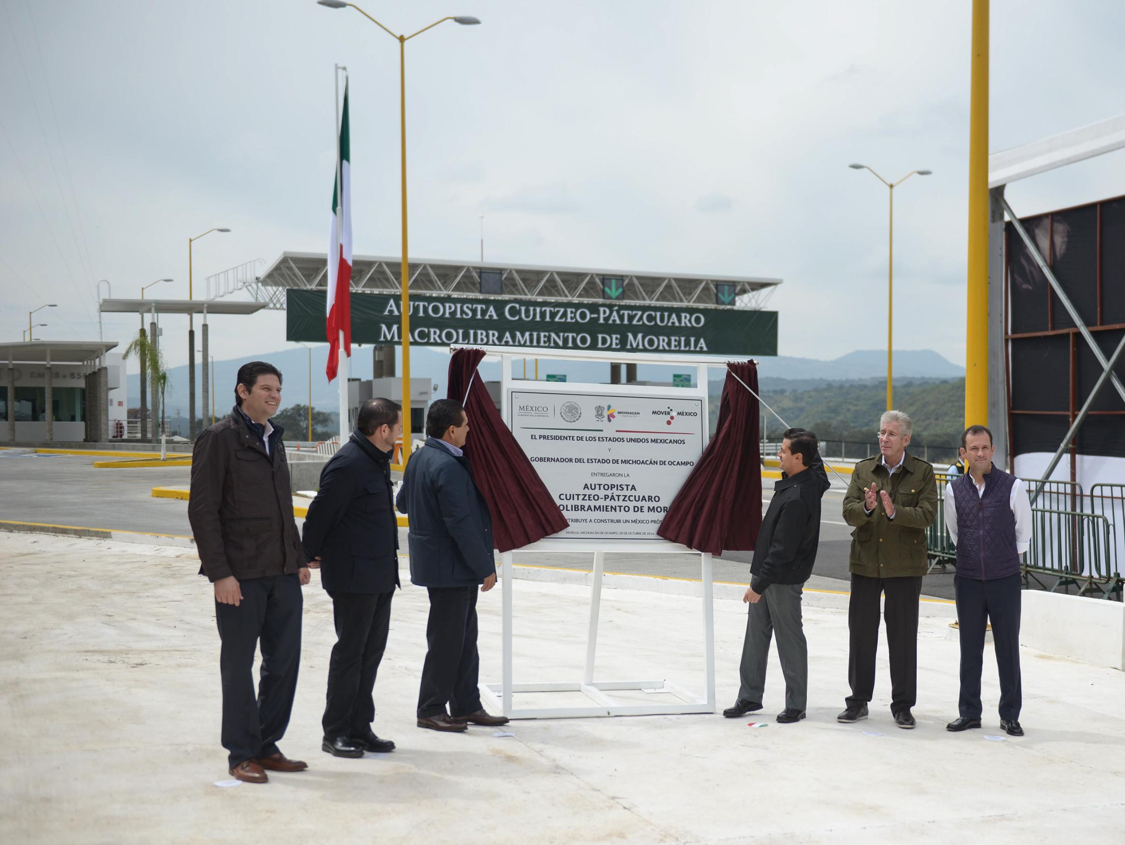 The president  inaugurated the Morelia Macrobypass on the Cuitzeo-Pátzcuaro highway.