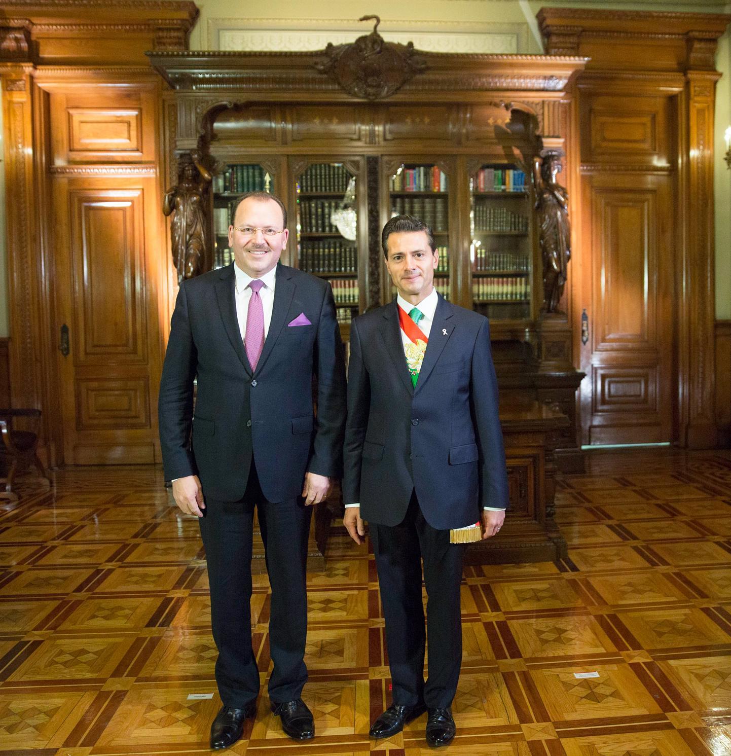 El Primer Mandatario con el señor Faycal Gouia, Embajador de la República de Túnez.
