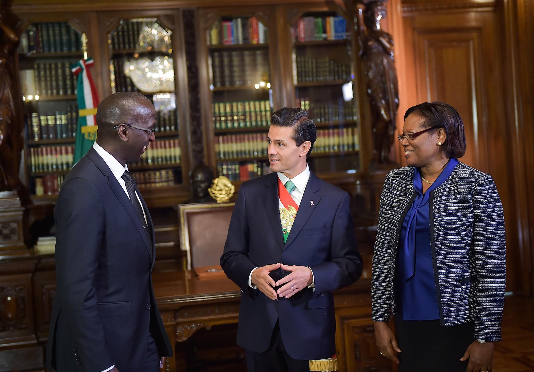 El Primer Mandatario con Anthony Wayne Jerome Phillips-Spencer, Embajador República de Trinidad y Tobago.