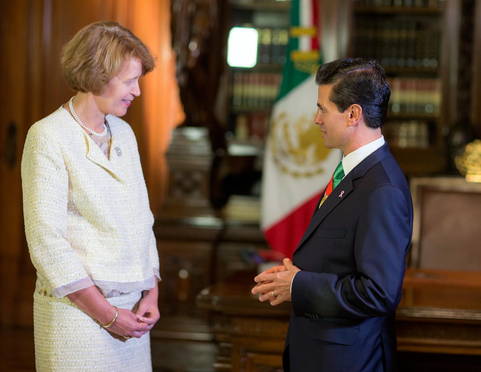 El Primer Mandatario con la señora Margriet Leemhuis, Embajadora del Reino de los Países Bajos.