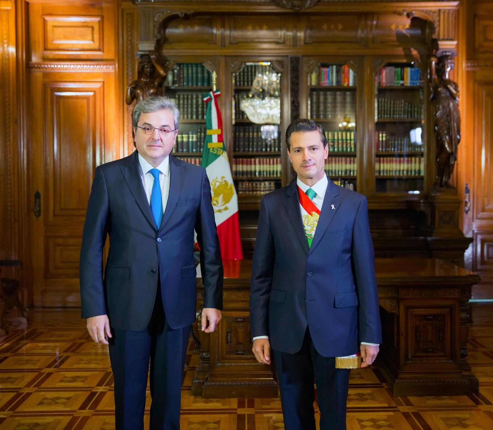 El Primer Mandaario con el señor Ion Vilcu, Embajador de Rumania.
