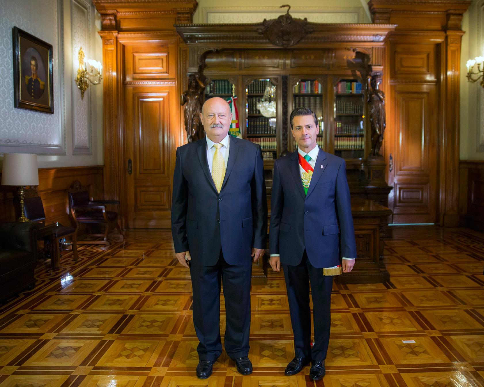 El Primer Mandatario con el señor Valentin Modev, Embajador de Bulgaria.
