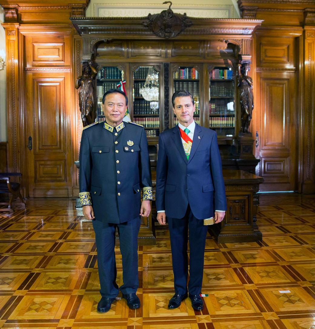 El Primer Mandatario con el señor Chum Bun Rong, Embajador del Reino de Camboya.