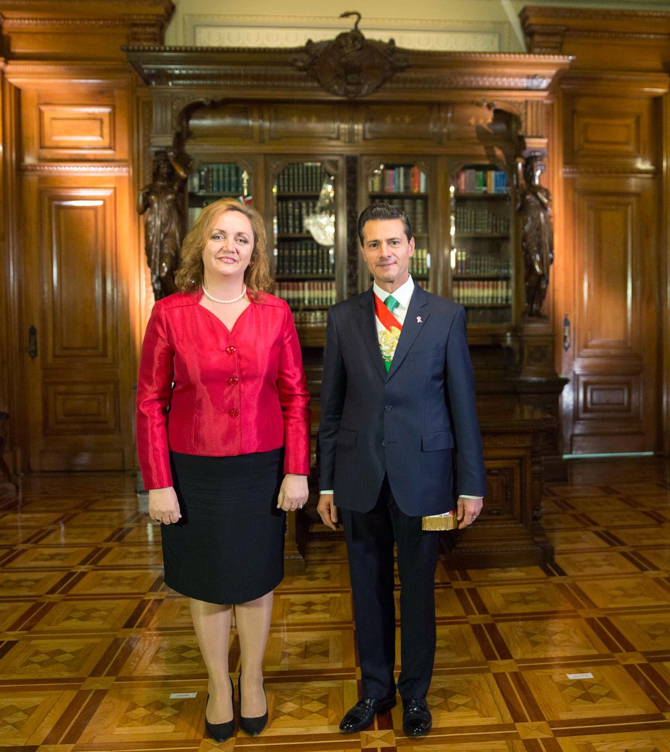 El Primer Mandatario con la señora Floreta Faber, Embajadora de la República de Albania.