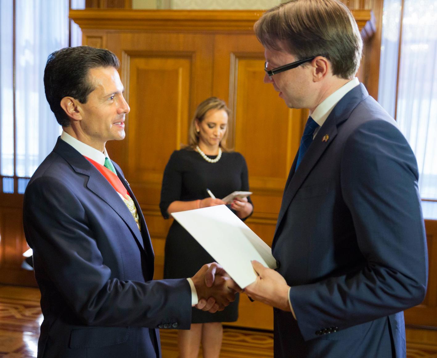 El Primer Mandatario con el señor Rolandas Krisciunas, Embajador de la República de Lituania.
