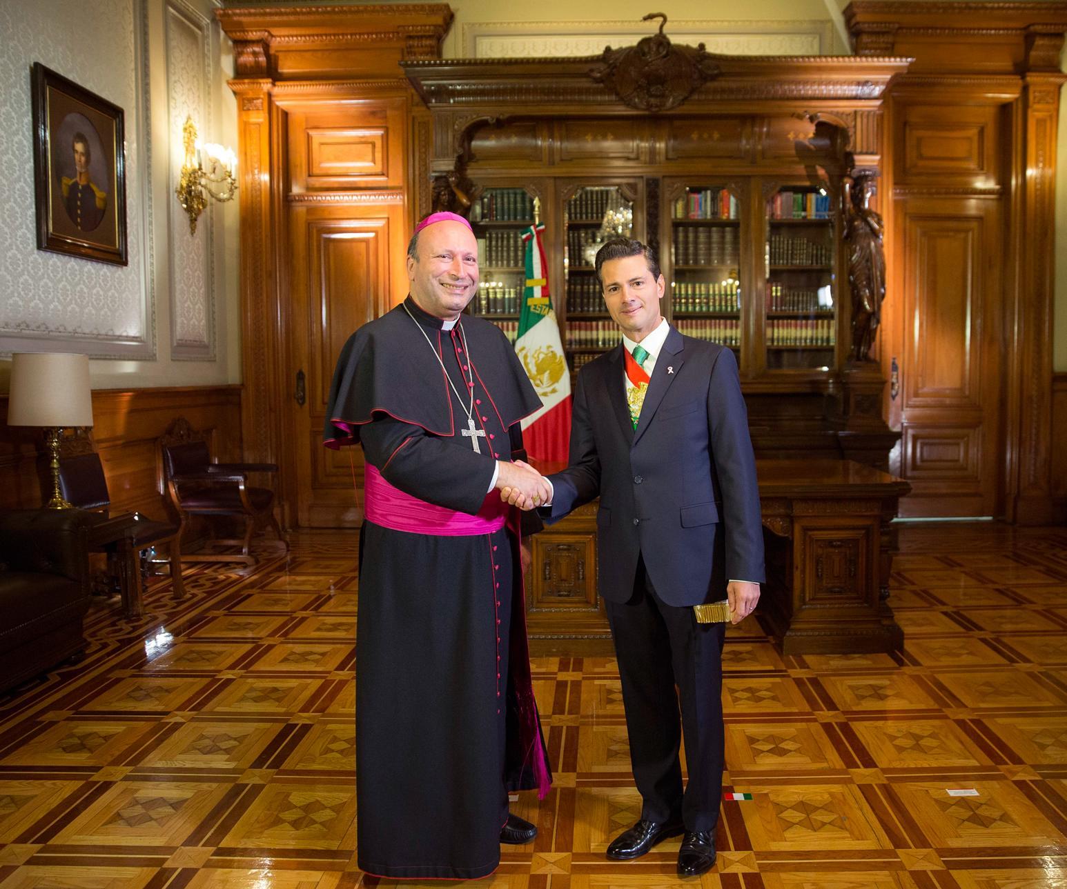 El Primer Mandatario con el señor Franco Coppola, Nuncio Apostólico, representante de la Santa Sede.