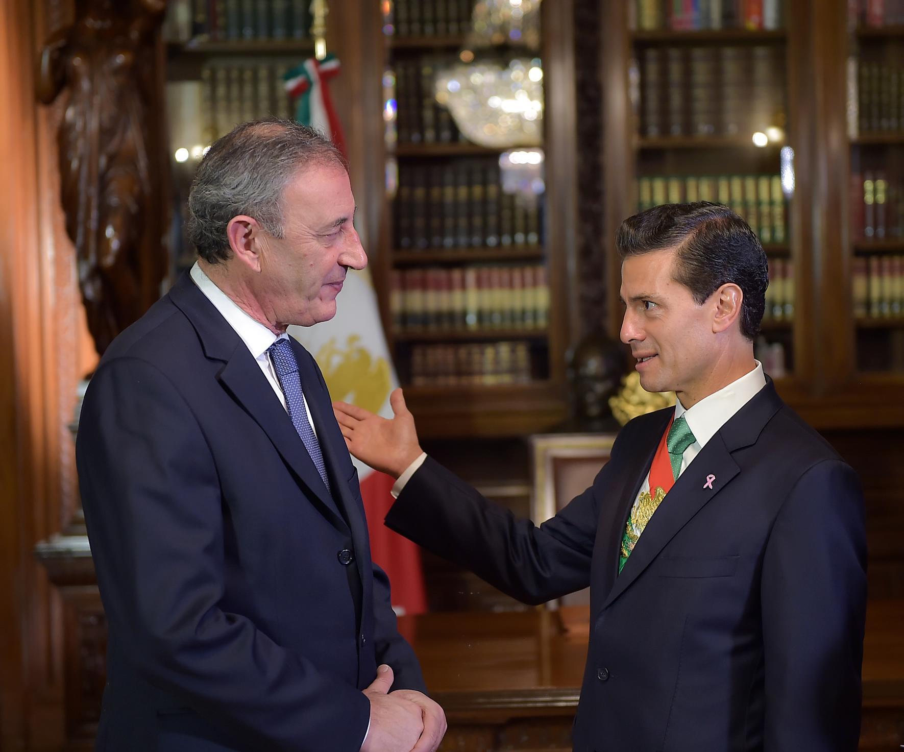 El Primer Mandatario con el señor Pius Joseph Camilleri, Embajador de la República de Malta.