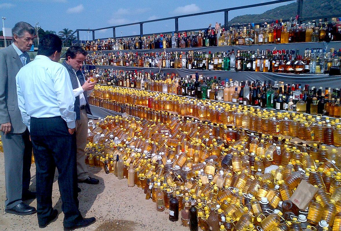 La COFEPRIS supervisa la destrucción de bebidas alcohólicas aseguradas en el mercado informal