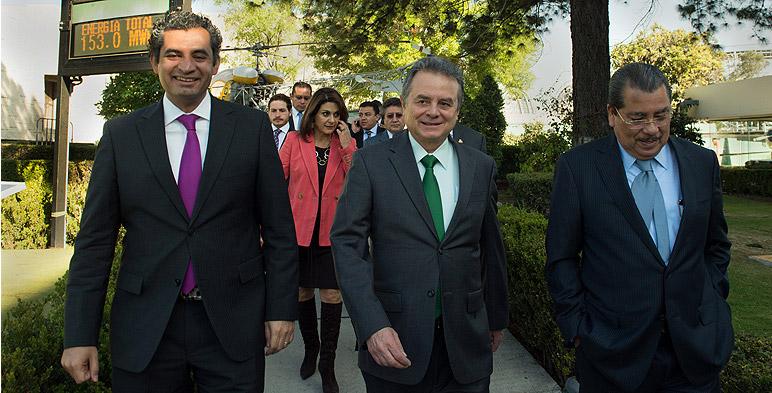 Secretario de Energía, Licenciado Pedro Joaquín Coldwell acompañado del Director General de CFE, Dr. Enrique Ochoa Reza
