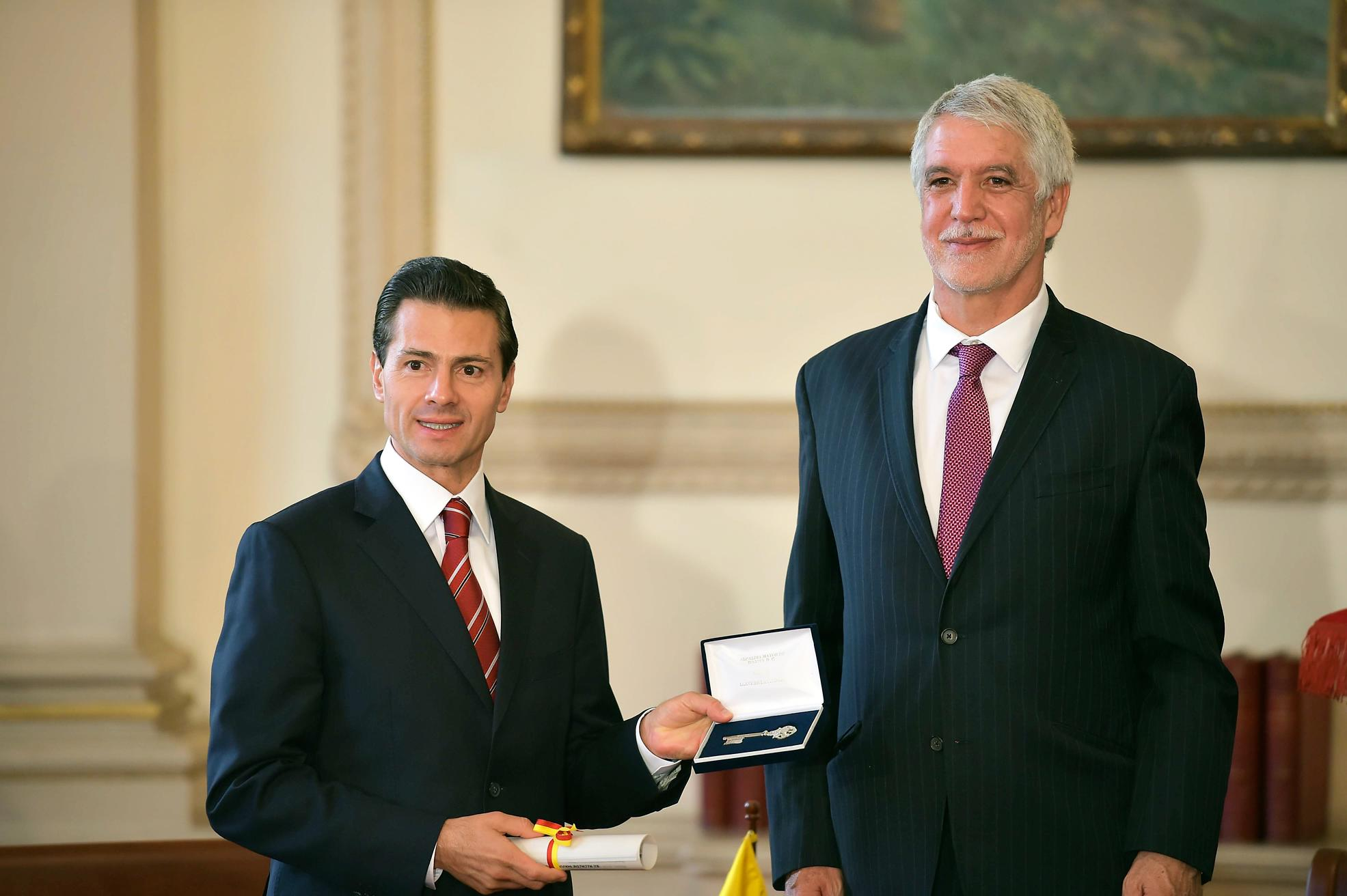 The Mexican president met with Mayor of Bogota Enrique Penalosa, from whom he received the Keys to the City.