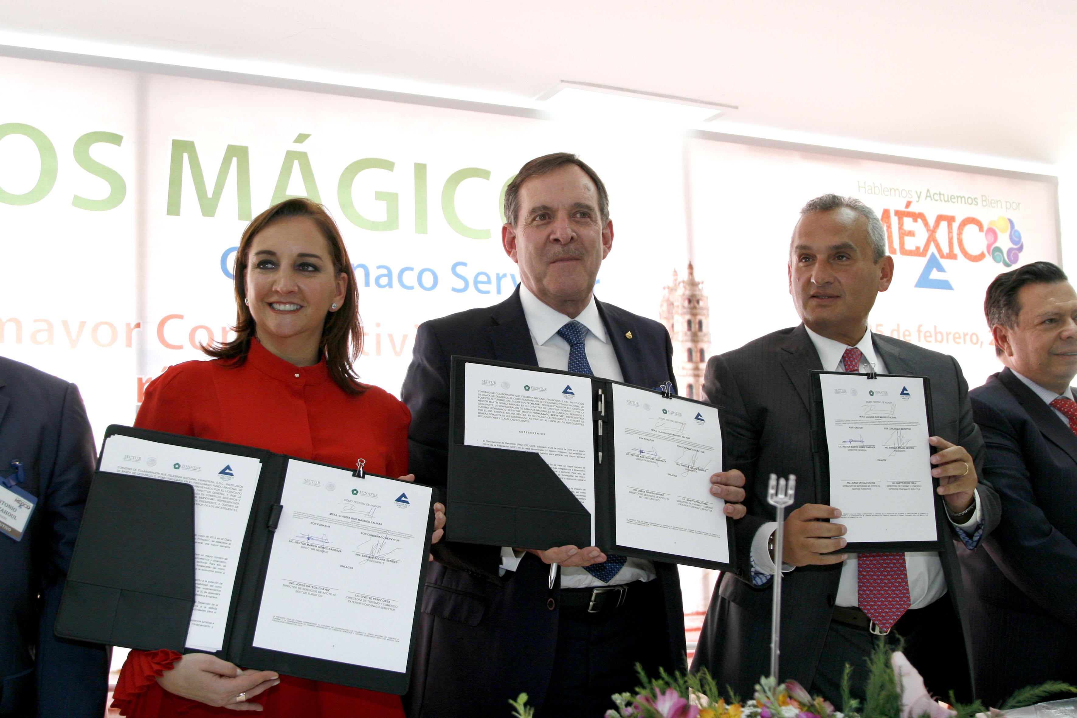 La Secretaria de Turismo, Claudia Ruiz Massieu, firmó dos convenios con empresarios y comerciantes para dinamizar la inversión en el sector.