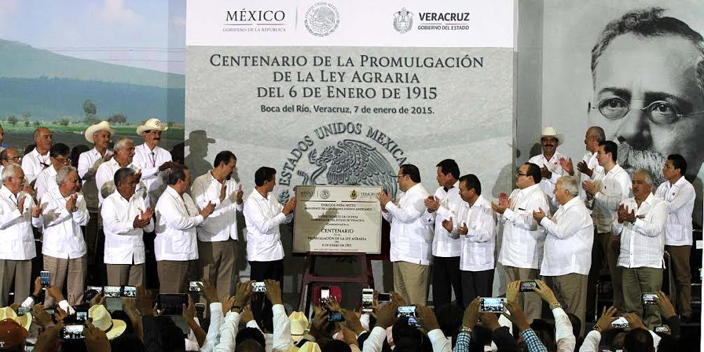 En la imagen, el secretario acompaña al Presidente de la República en el centenario de la Ley Agraria.