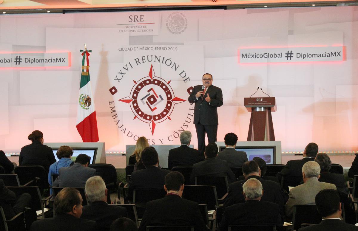 En la foto, Ramírez Marín explica los logros de la política de vivienda en la XXVI Reunión Anual de Embajadores y Cónsules.