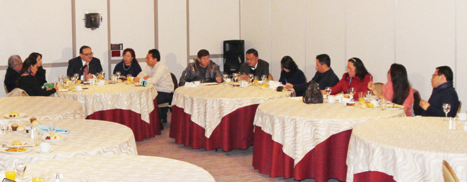 En la imagen, el secretario explica a representantes de los medios de información que el sector de vivienda continúa en ascenso.