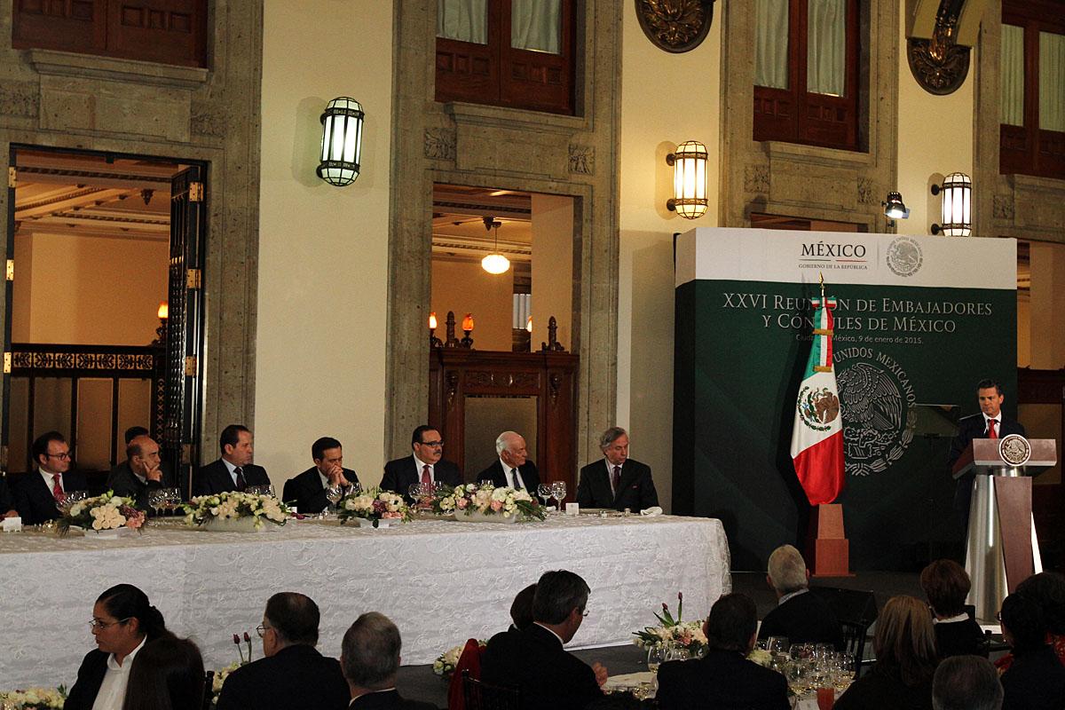 El Presidente de la República, Enrique Peña Nieto, pidió a cónsules y embajadores comunicar en todo el mundo el mensaje de que México está haciendo frente a sus problemas y sigue transformándose para generar condiciones de bienestar.