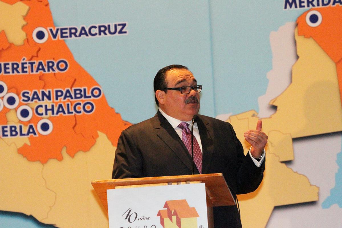 En la imagen, el secretario expone ante constructores de vivienda como las reformas constitucionales han apuntalado el crecimiento de la vivienda en México.