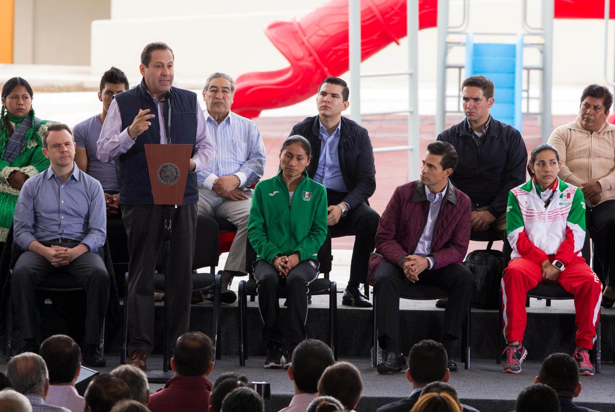 """""""Hoy, el señor Presidente nos entrega esta Plaza Estado de México, que lleva el nombre de Lupita, nuestra campeona olímpica"""": Eruviel Ávila Villegas"""