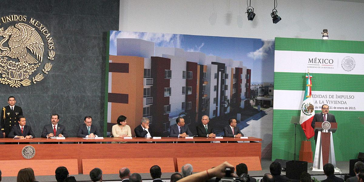 En la foto, el secretario acompaña al Presidente durante el anuncio de un paquete de medidas que facilite el acceso al crédito de vivienda.