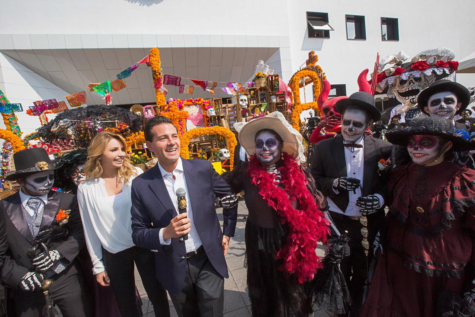 One thousand two hundred volunteers participated in the Day of the Dead parade, which was seen by 300,000 people from the Angel of Independence to the Zócalo in Mexico City.