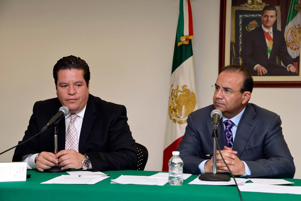 El Secretario del Trabajo y Previsión Social, Alfonso Navarrete Prida, acompañado por el Director General de la empresa, Andrés Conesa Labastida.