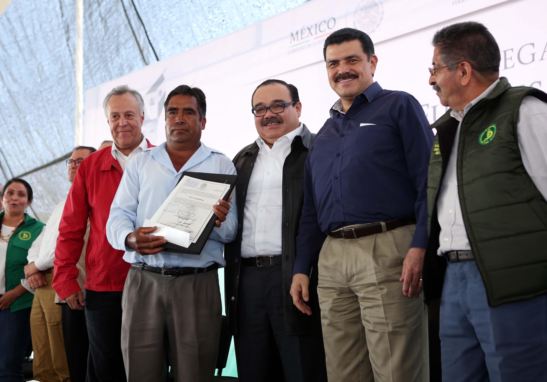 En la foto, Ramírez Marín, el gobernador de Hidalgo y el subsecretario de Ordenamiento Territorial entregan títulos de propiedad.