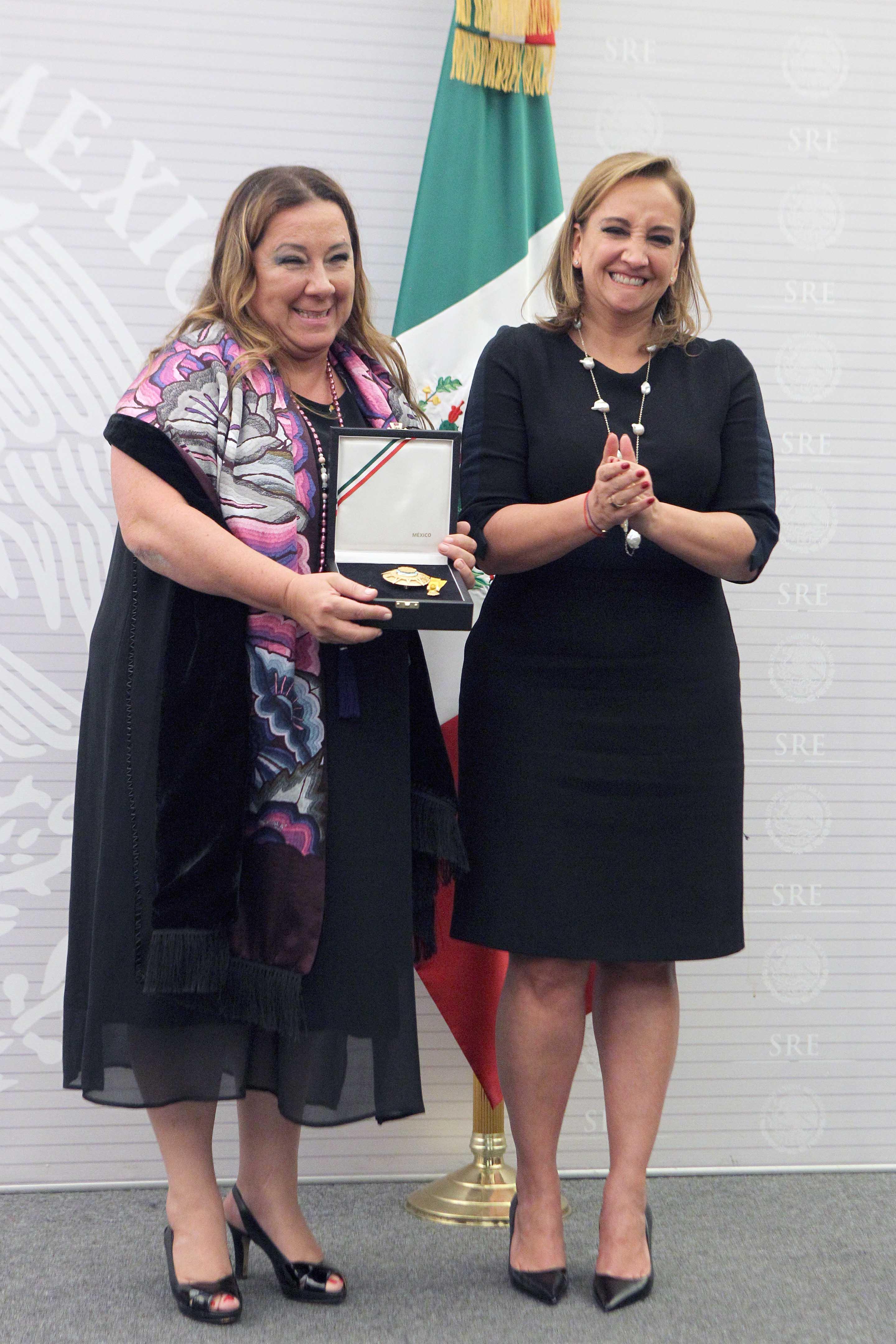 La Canciller Claudia Ruiz Massieu impone condecoración de la Orden Mexicana del Águila Azteca a la Sra. Isabel M. Crowley, representante de UNICEF