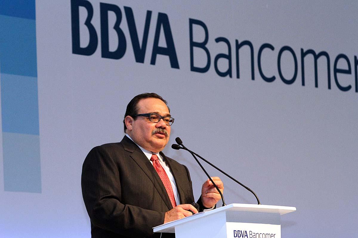 En la imagen, el secretario destaca ante directivos de Bancomer la recuperación de este sector y su notable crecimiento en la economía nacional.