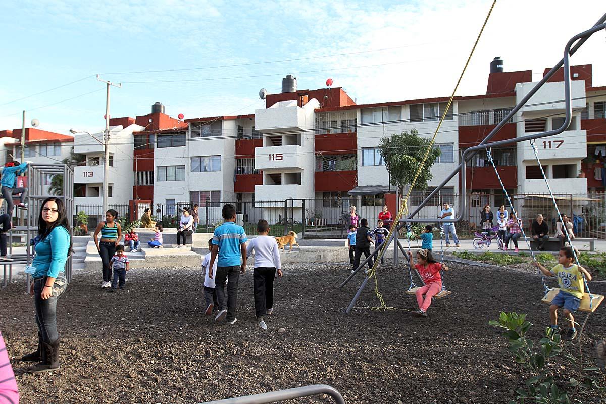 En la foto, se muestra la rehabilitación de parques ya construidos en unidades habitacionales en favor de la gente.