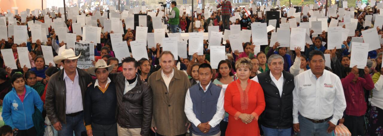 En la foto, beneficiadas muestran su documento entregado por la SEDATU y el Gobierno de Puebla, que en esta entidad sumaron cerca seis mil papeles agrarios a uno de los sectores más desprotegido.