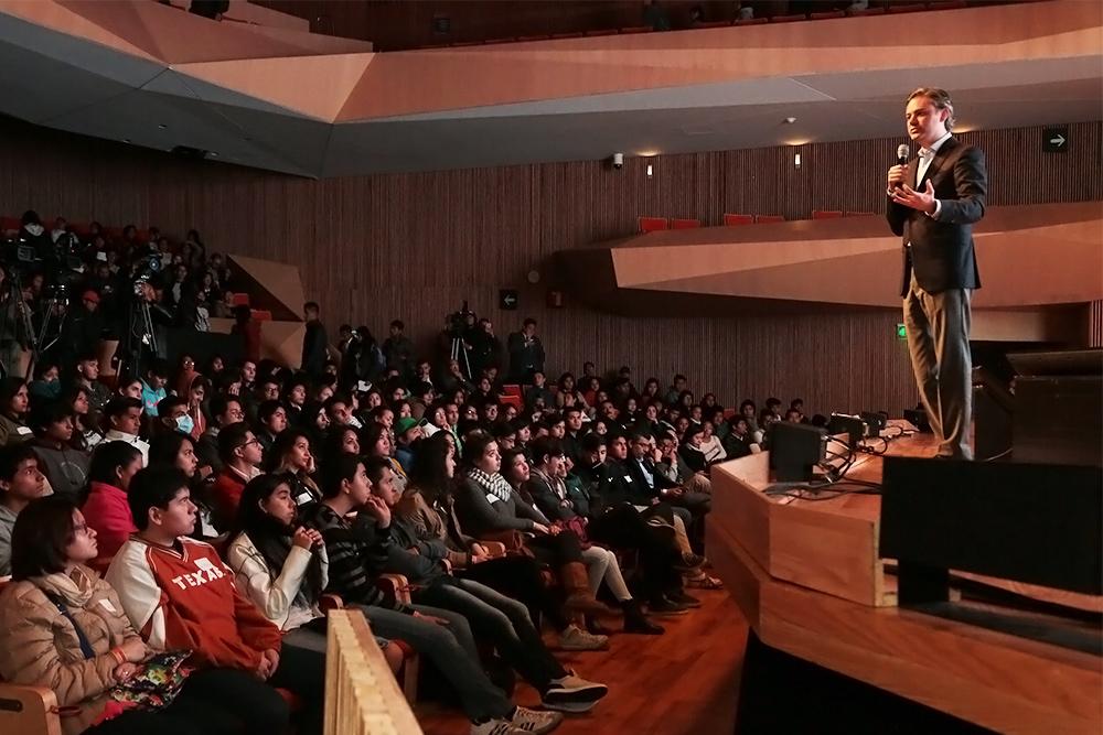 Nuño Mayer señala a estudiantes que al elegir carrera deben tomar una decisión informada