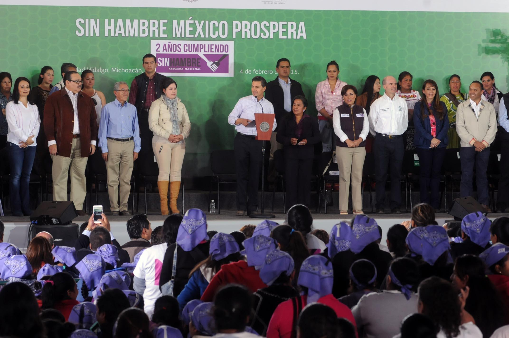 En la gráfica, el Presidente Enrique Peña Nieto informó que la SEDATU promovió la edificación de 28 mil 462 nuevas viviendas. En el evento participó el titular de la dependencia, Jorge Carlos Ramírez Marín.