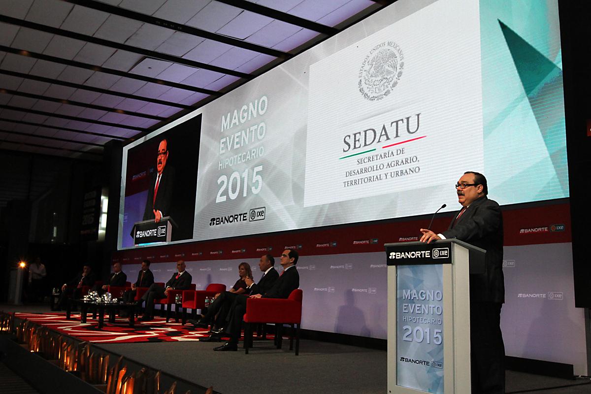 En la foto, el titular de la SEDATU expone ante los reunidos en el Magno Evento Hipotecario Banorte Ixe, grupo financiero que en 2015 invertirá 35 mil millones de pesos en el sector vivienda.