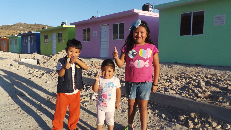 En la gráfica, tres niños que juegan en los espacios comunes de sus nuevos hogares, entregados por instrucciones del Presidente de la República, Enrique Peña Nieto, dentro del Plan Nuevo Guerrero.
