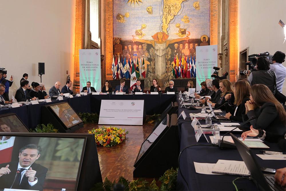 Ante expertos internacionales, dice que en México se educa para la libertad y la creatividad