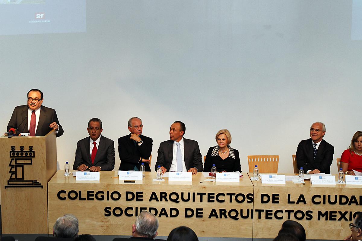 """En la foto, el titular de la SEDATU encabezó la ceremonia donde fue presentado el libro """"Estado Actual de la vivienda en México 2014"""", en el Colegio de Arquitectos de la Ciudad de México."""