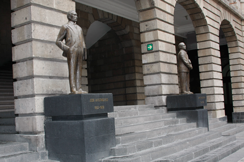 Estatua de José Vasconcelos ubicada en el patio del trabajo de la Secretaría de Educación Pública