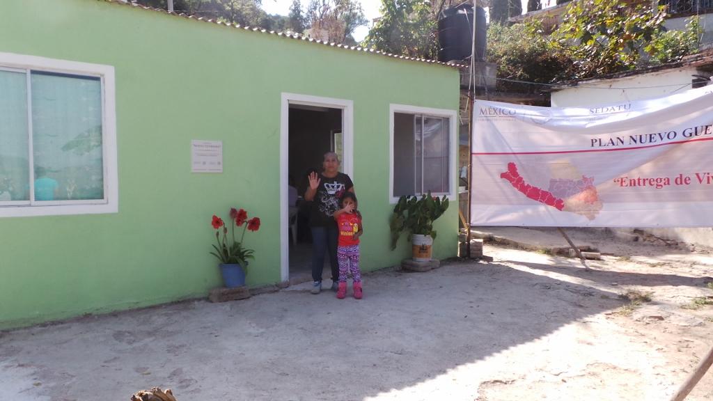 En la foto, una familia posa feliz frente a su nueva casa. Una de las 161 casas en la región de Costa Grande; 84 en Costa Chica; 29 en la Montaña; 83 en el norte del estado, y 88 en Tierra Caliente.