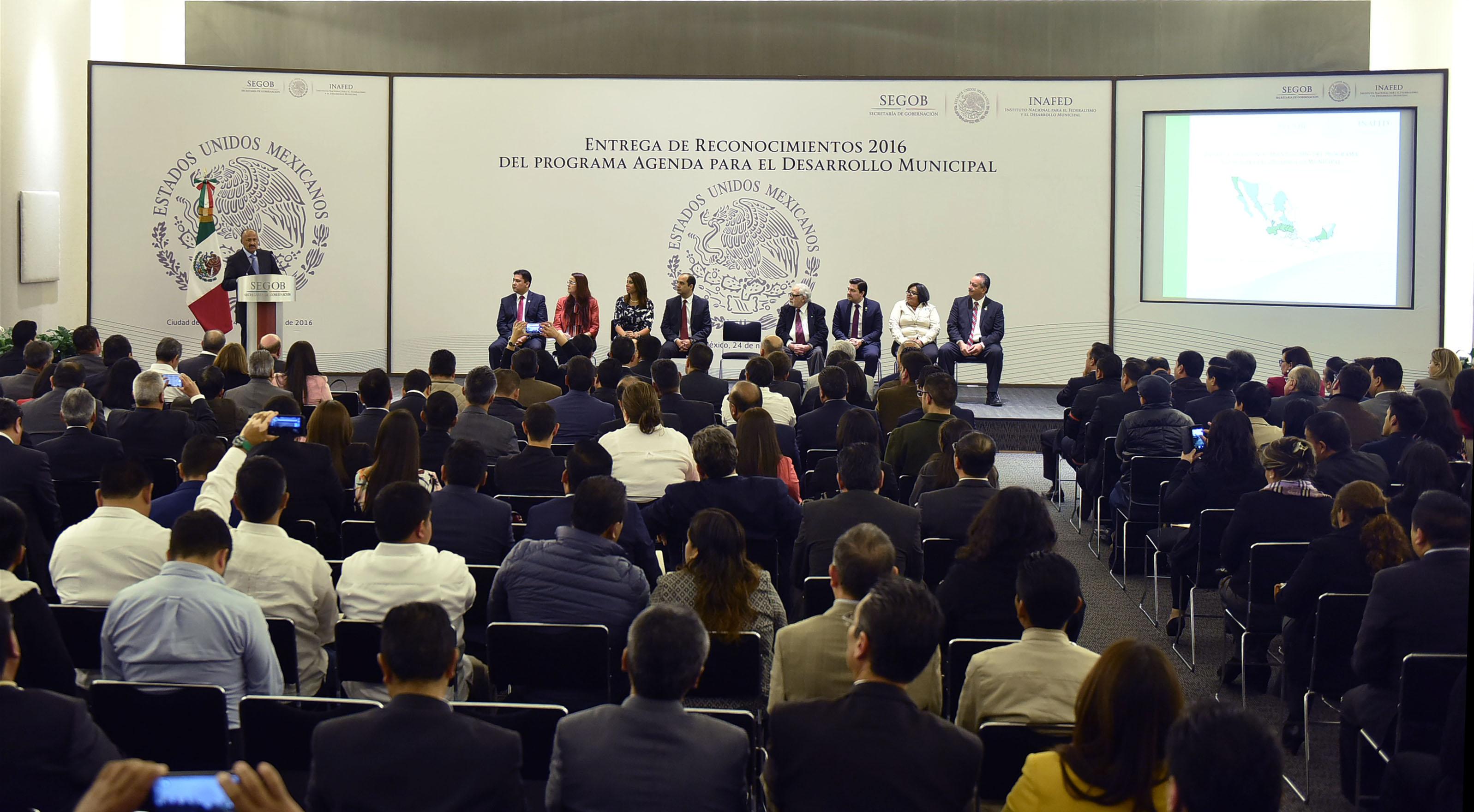 El Subsecretario de Gobierno, René Juárez Cisneros, encabezó la ceremonia de Entrega de Reconocimientos 2016 del Programa Agenda para el Desarrollo Municipal donde subrayó que la gobernabilidad de una nación comienza desde el municipio.