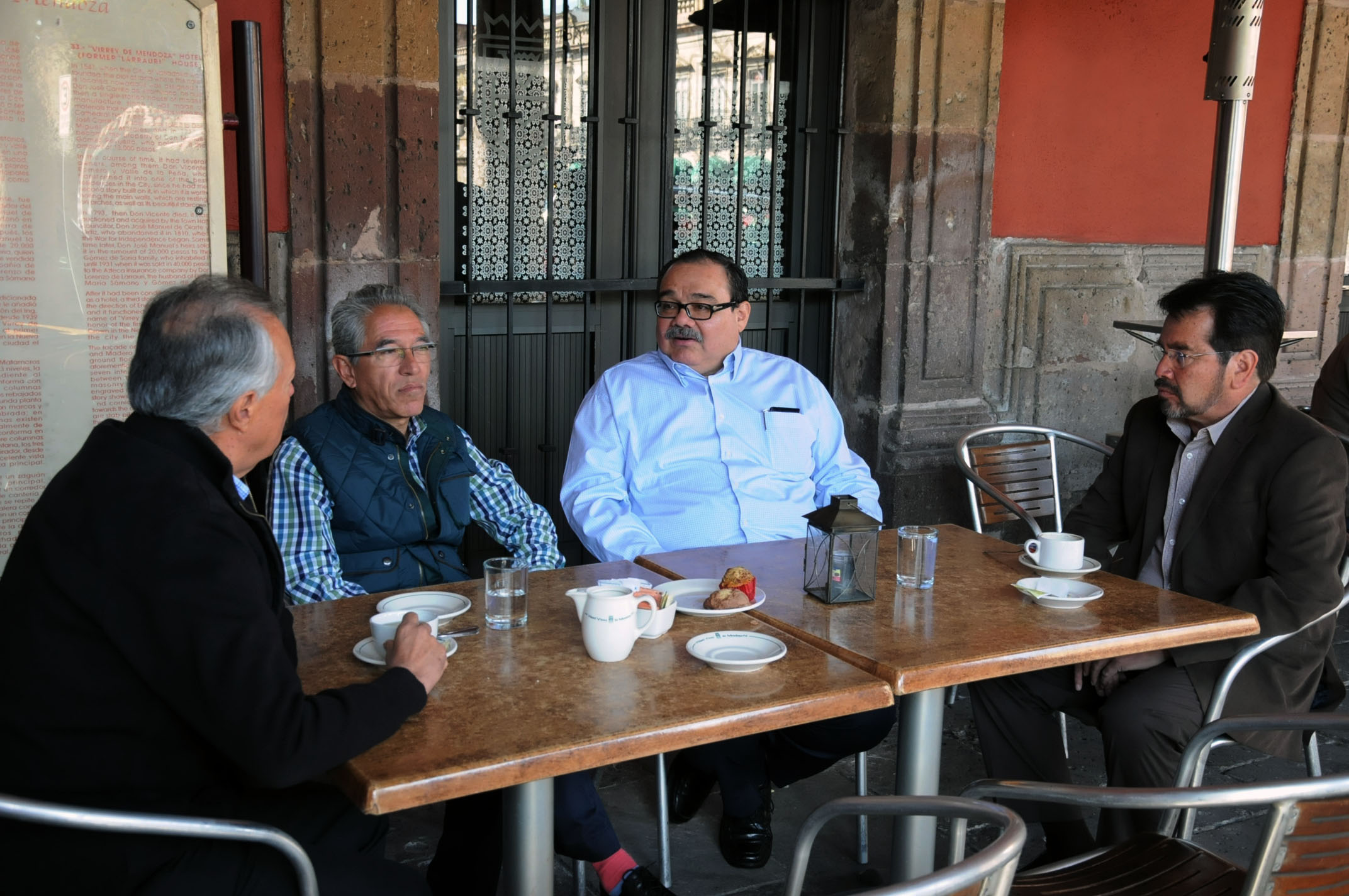 En la gráfica, el titular de la SEDATU platica con el gobernador de Michoacán. Entidad donde se han realizado en los últimos dos años más de 3 mil viviendas. Solo en 2014 se edificaron mil 341.