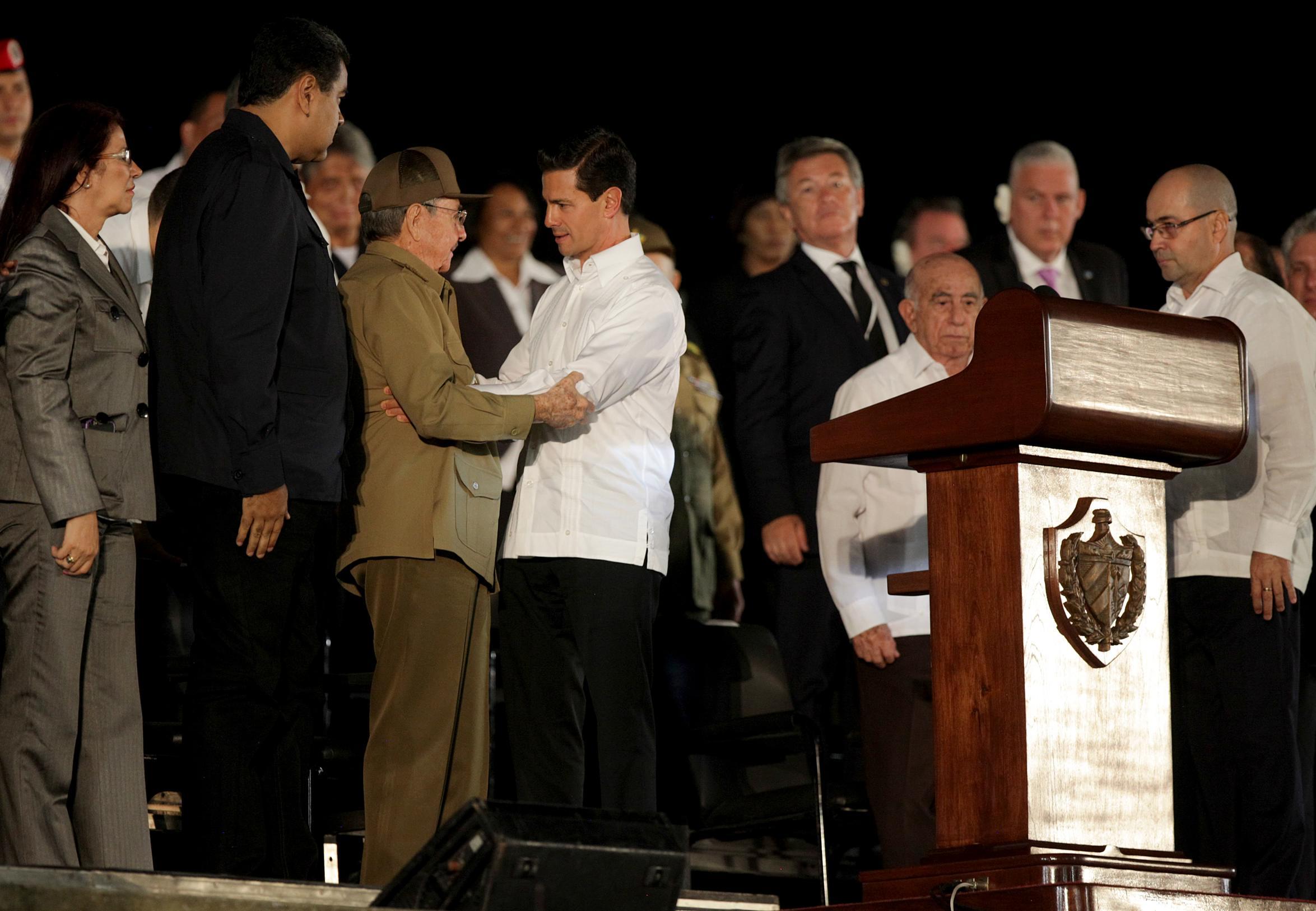 Tras expresar sus más sentidas condolencias al Presidente Raúl Castro, el Mandatario mexicano recordó que en 2014, durante la Cumbre de la CELAC en Cuba, tuvo oportunidad de conocer a Fidel Castro.