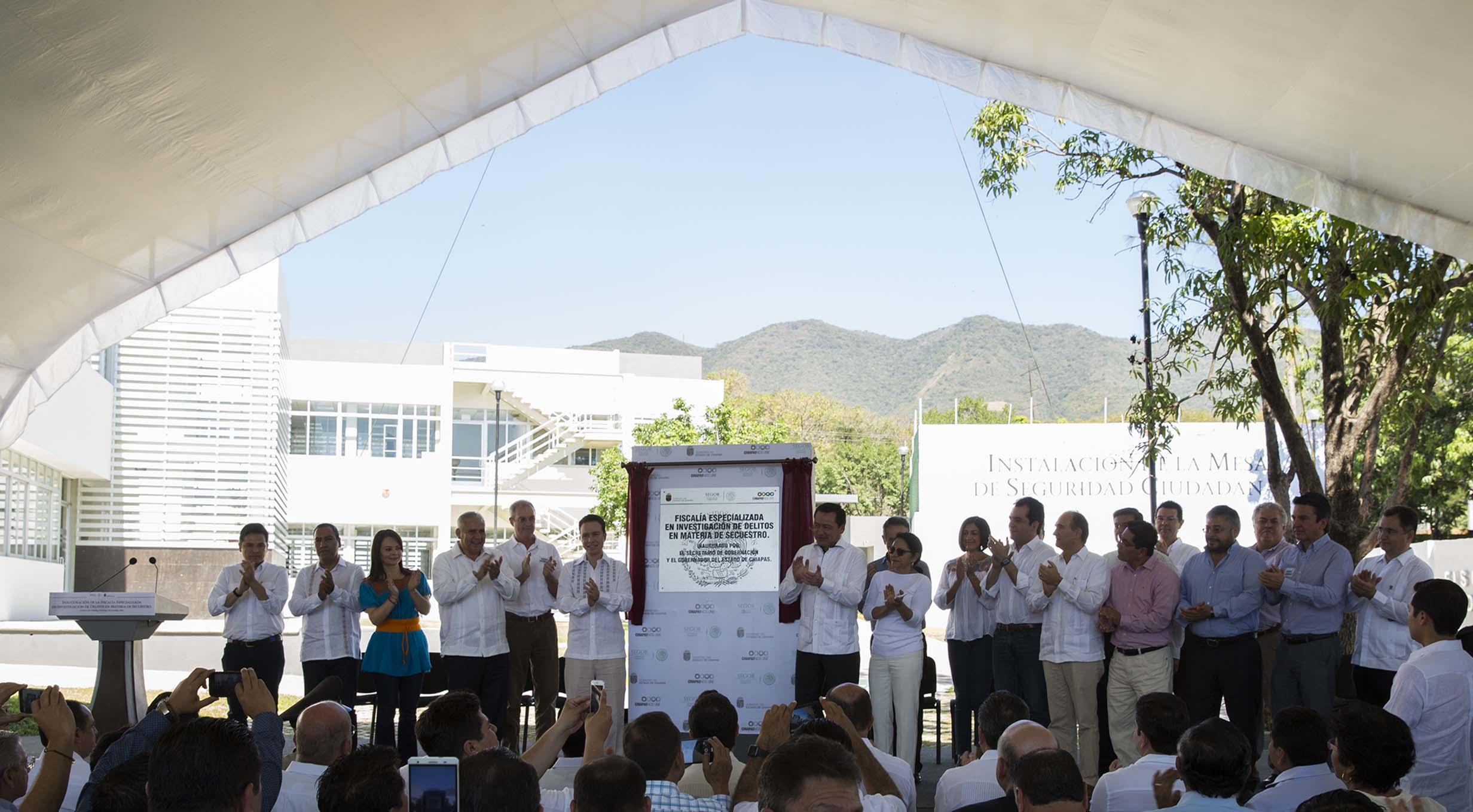 El Secretario de Gobernación, Miguel Ángel Osorio Chong, inauguró, junto con el gobernador de Chiapas, Manuel Velasco Coello, las instalaciones de la Fiscalía Especializada en Investigación de Delitos en Materia de Secuestro.