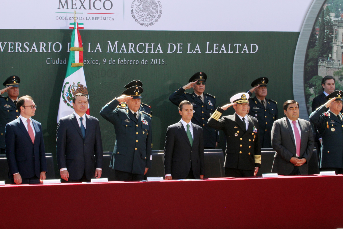 En la gráfica, el Primer Mandatario saluda a los elementos de las fuerzas armadas. En el evento estuvo presente el titular de la SEDATU, Jorge Carlos Ramírez Marín.