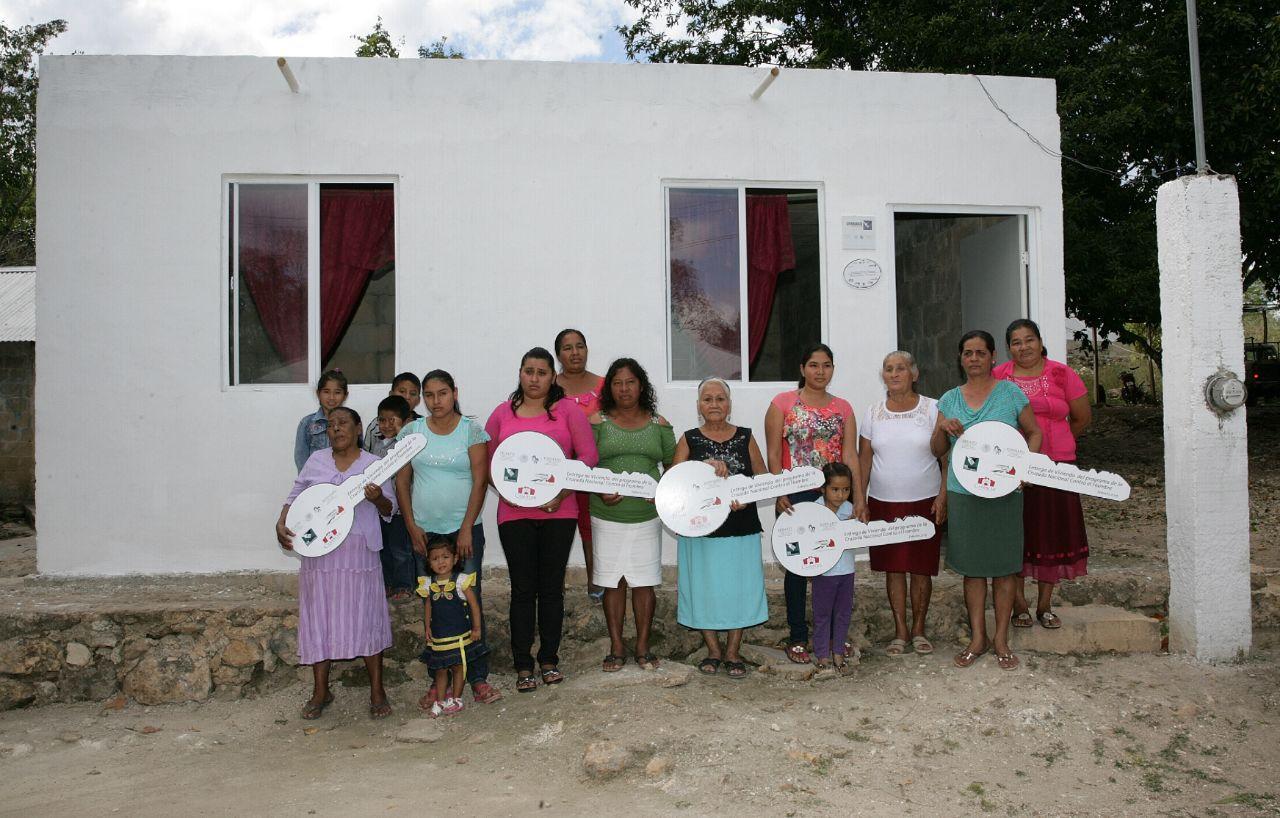 En la gráfica, un grupo de mujeres beneficiaria en Campeche, donde se otorgaron 198 viviendas nuevas para familias de escasos recursos, en apoyo a 792 personas.