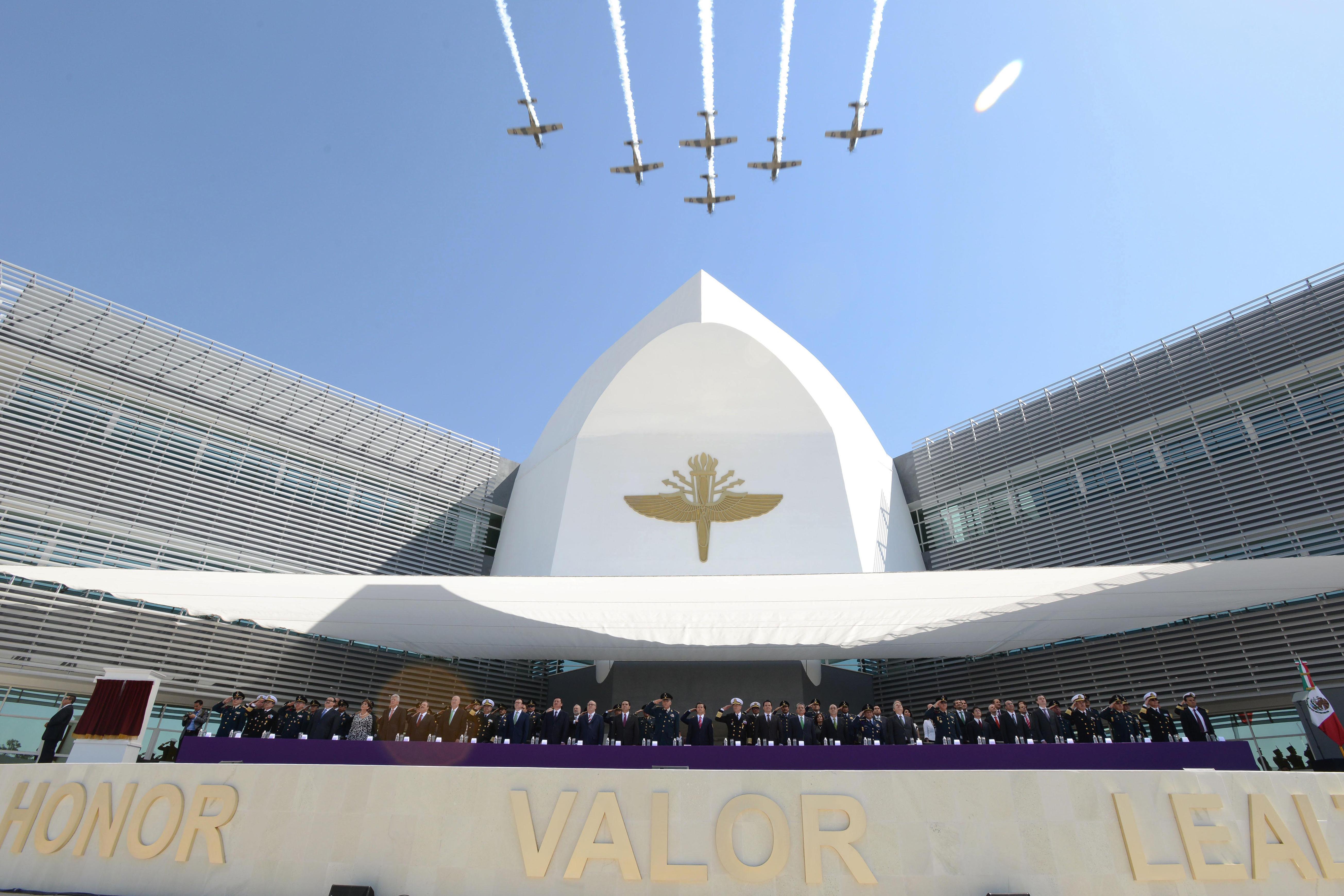 En la foto, el Primer Mandatario encabezó la Conmemoración del Centenario de la Creación de la Fuerza Aérea Mexicana. El titular de la SEDATU, Jorge Carlos Ramírez Marín estuvo presente.