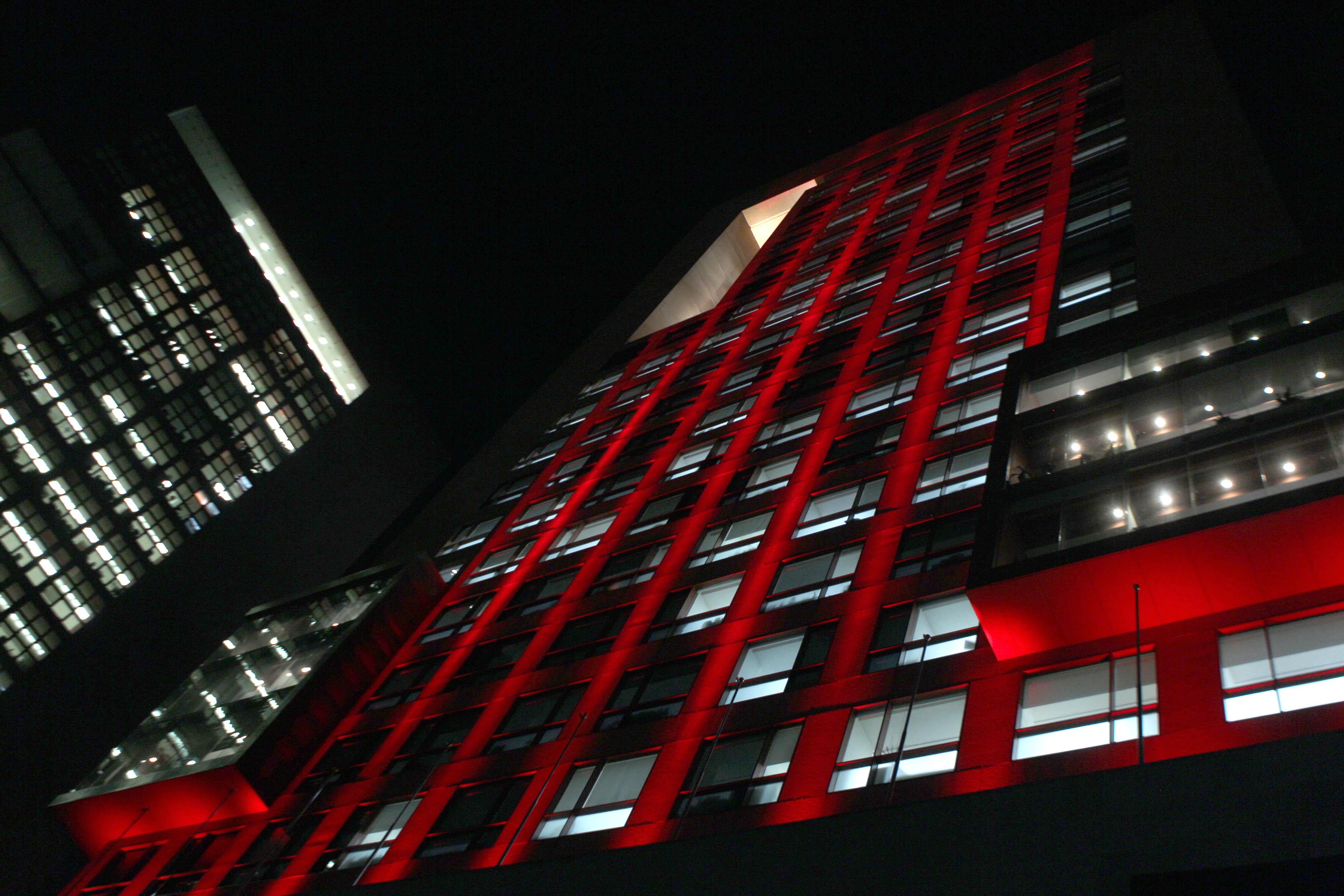 La Secretaría de Relaciones Exteriores iluminó de rojo su edificio con motivo del Día Internacional de la Lucha con el VIH SIDA