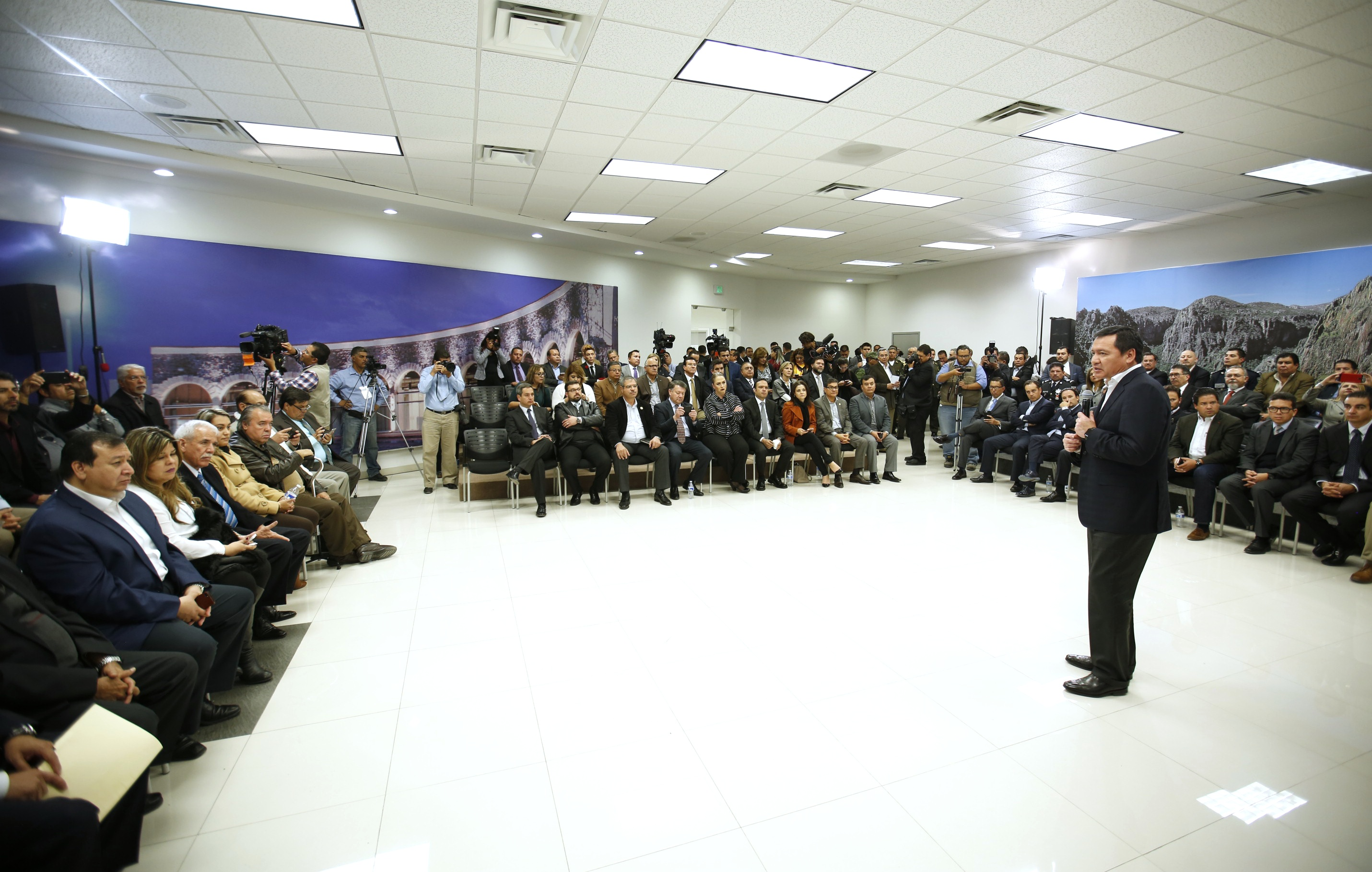 El Secretario de Gobernación, Miguel Ángel Osorio Chong, sostuvo una reunión con empresarios de la entidad