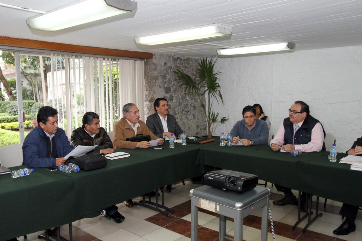 En la gráfica, el titular de la SEDATU dialoga con los representantes campesinos sobre la solución de conflictos agrarios y programas de vivienda popular, entre otros.