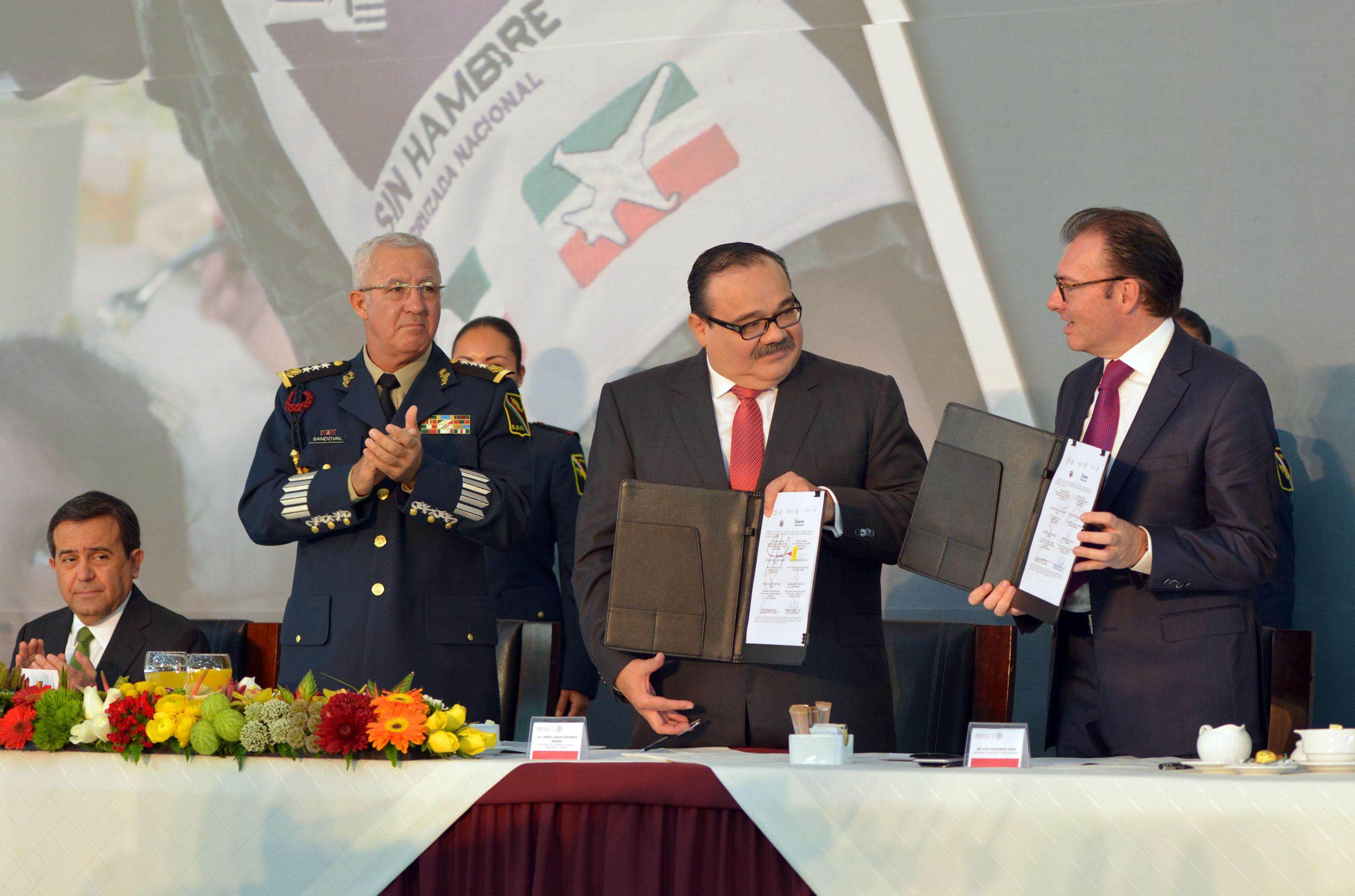 En la gráfica, los titulares de la SEDATU y la SHCP tras firmar el convenio marco de Colaboración para Incentivar el Acceso a la Vivienda del Personal perteneciente a las Fuerzas Armadas.