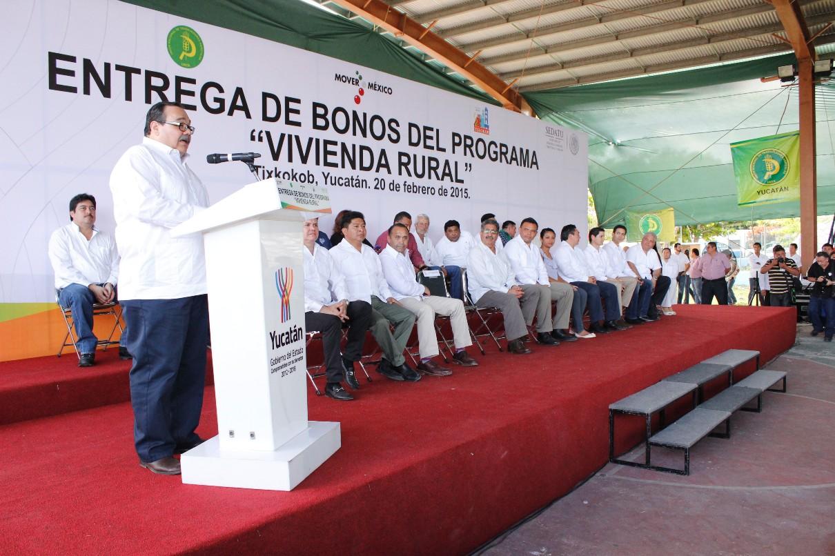 En la foto, el titular de la SEDATU, entregó en este municipio 364 acciones más del programa Vivienda Rural, con un subsidio de seis millones, 705 mil pesos.